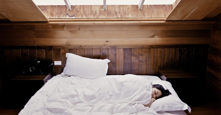 Yes, napping in the middle of a workday helps — long or short